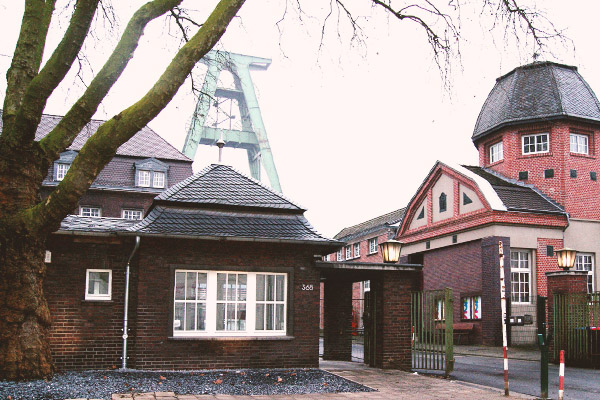 Zeche-Lohberg-mit-Pfoertnerhaus-und-Foerderturm-230 (Fotograf unbekannt, Fotofundus Ledigenheim Lohberg)